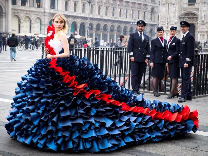 Suki Waterhouse sfila in piazza Duomo con un abito creato da Zoe Bradley