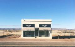 L'installazione artistica che simula un fashion store Prada in West Texas